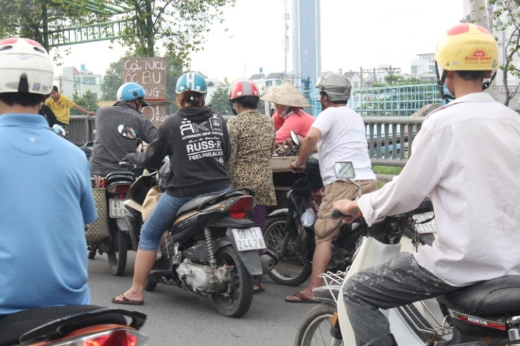 Cầu Tham Lương 'bốc mùi' vì tràn lan xe bán hải sản - ảnh 2