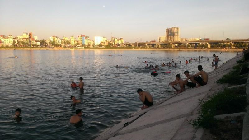 Liên tiếp xảy ra chết đuối, dân Hà Nội vẫn vô tư tắm 'hồ tử thần' - ảnh 8