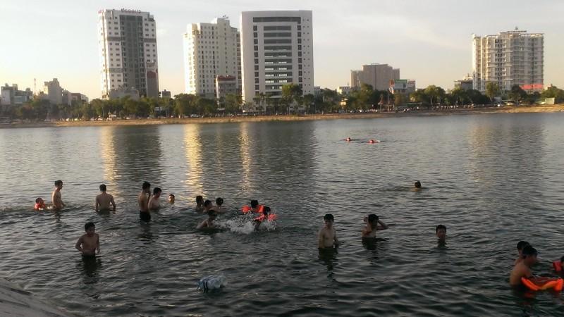 Liên tiếp xảy ra chết đuối, dân Hà Nội vẫn vô tư tắm 'hồ tử thần' - ảnh 1