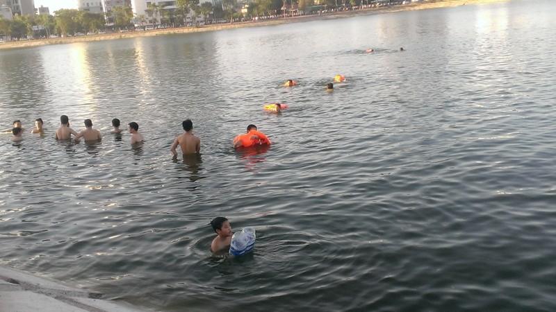 Liên tiếp xảy ra chết đuối, dân Hà Nội vẫn vô tư tắm 'hồ tử thần' - ảnh 2