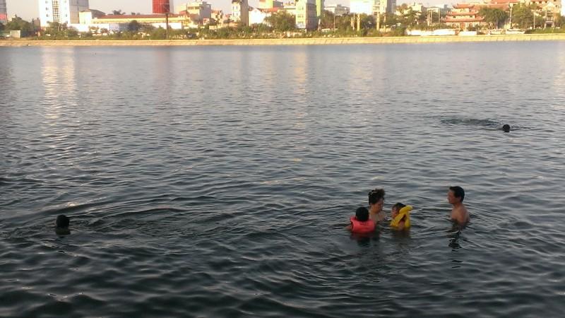 Liên tiếp xảy ra chết đuối, dân Hà Nội vẫn vô tư tắm 'hồ tử thần' - ảnh 3
