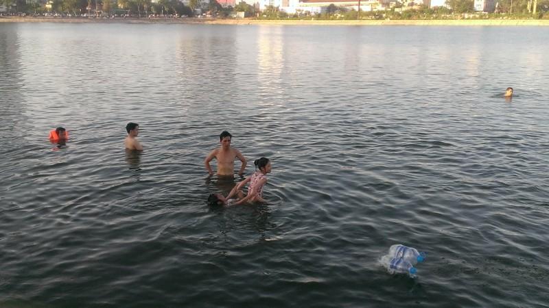 Liên tiếp xảy ra chết đuối, dân Hà Nội vẫn vô tư tắm 'hồ tử thần' - ảnh 4