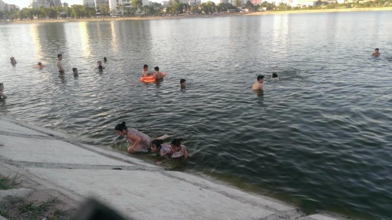 Liên tiếp xảy ra chết đuối, dân Hà Nội vẫn vô tư tắm 'hồ tử thần' - ảnh 5