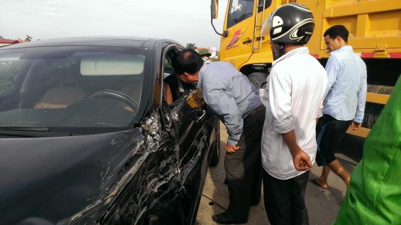 Mất lái, xe tải tông nát xe con - ảnh 2