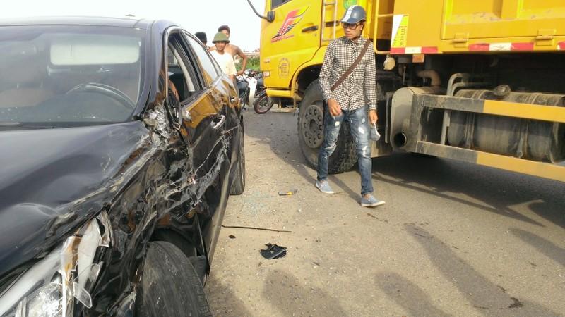 Mất lái, xe tải tông nát xe con - ảnh 6