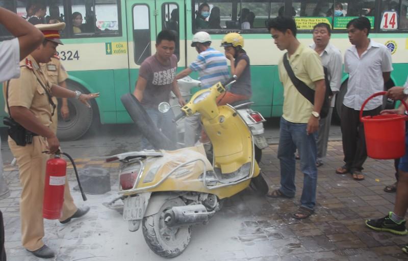 Hết hồn vì xe máy đang chạy bỗng bốc cháy ngùn ngụt - ảnh 2