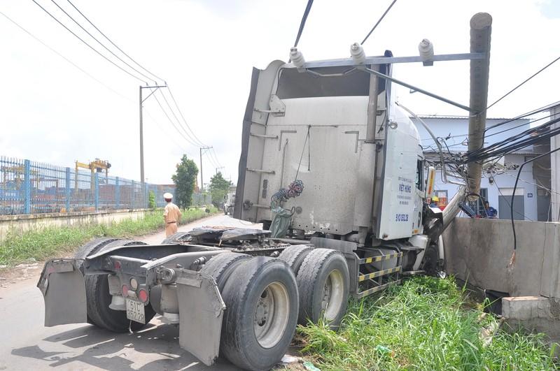 Xe container húc đổ cột điện, đâm nứt tường nhà dân - ảnh 2