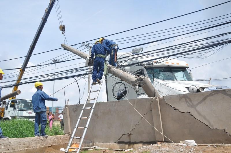 Xe container húc đổ cột điện, đâm nứt tường nhà dân - ảnh 1