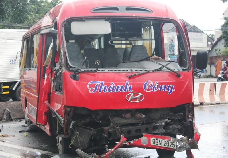 Xe khách mất lái, đâm vào dải phân cách làm 10 người bị thương - ảnh 3