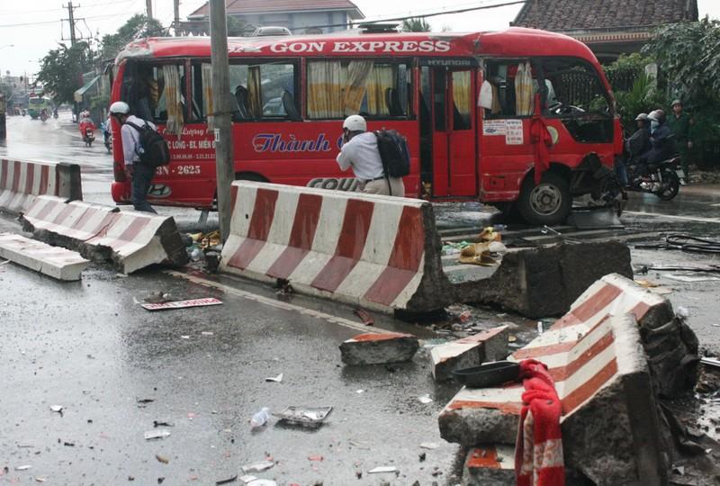 Xe khách mất lái, đâm vào dải phân cách làm 10 người bị thương - ảnh 1