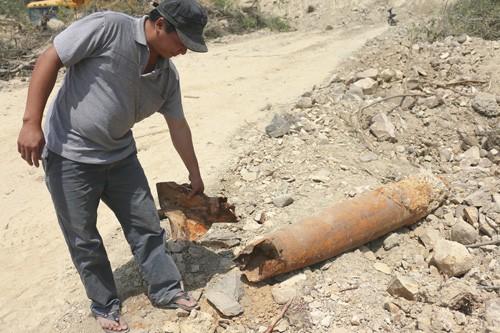 Lại phát hiện bom 'khủng' khi đào đất - ảnh 1