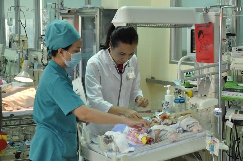 Bộ trưởng y tế gởi thư khen ngợi y bác sĩ cứu bé sơ sinh bị đâm  - ảnh 1