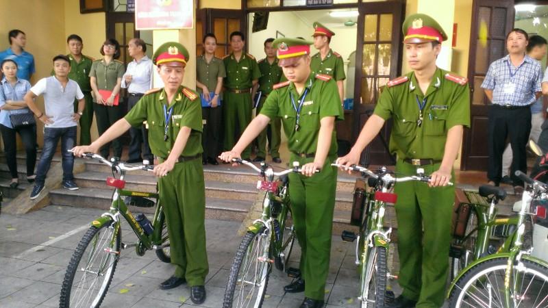 Tuần tra bằng xe đạp, người dân ủng hộ - ảnh 1