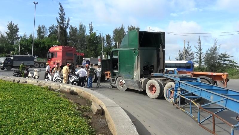 Hai xe container húc nhau trên đường cao tốc - ảnh 1