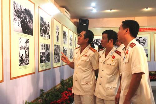 Triển lãm ảnh kỷ niệm 70 năm ngày Công an nhân dân  - ảnh 2