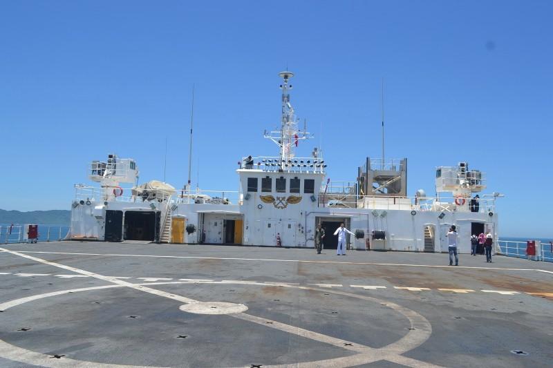 Tàu bệnh viện khổng lồ của Hải quân Mỹ cập cảng Đà Nẵng - ảnh 12