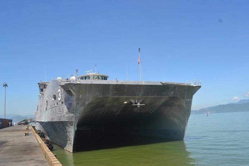 Tàu bệnh viện khổng lồ của Hải quân Mỹ cập cảng Đà Nẵng - ảnh 1