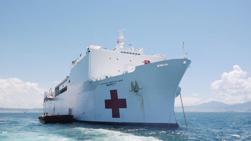 Tàu bệnh viện khổng lồ của Hải quân Mỹ cập cảng Đà Nẵng - ảnh 2
