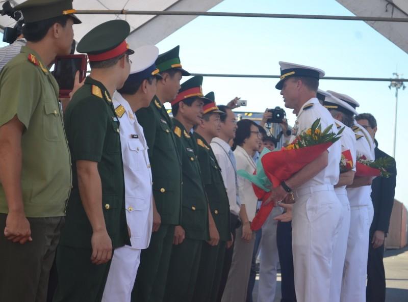 Tàu bệnh viện khổng lồ của Hải quân Mỹ cập cảng Đà Nẵng - ảnh 3
