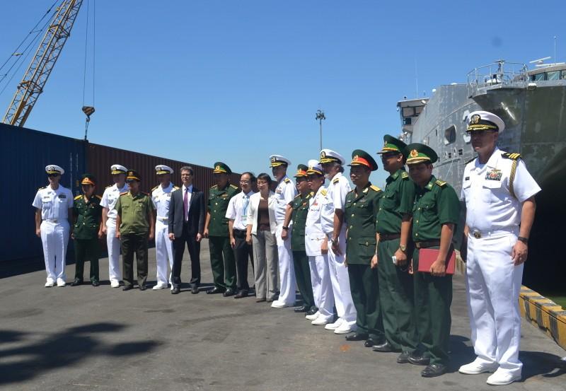 Tàu bệnh viện khổng lồ của Hải quân Mỹ cập cảng Đà Nẵng - ảnh 4
