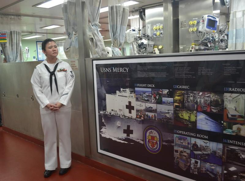 Tàu bệnh viện khổng lồ của Hải quân Mỹ cập cảng Đà Nẵng - ảnh 7