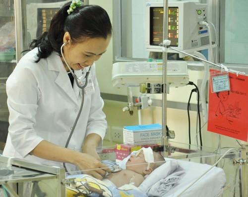 Bé sơ sinh bị đâm vào đầu đã hồi phục ngoạn mục - ảnh 1