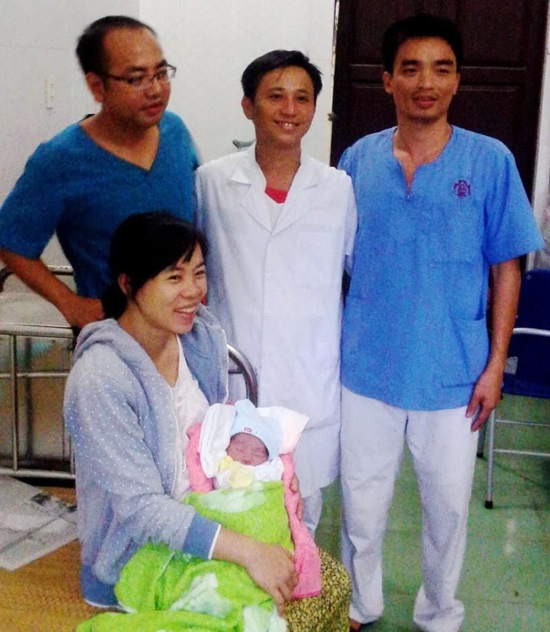 Đón bé gái chào đời tại Trường Sa - ảnh 1