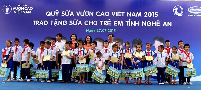 Vinamilk tặng 500 thùng sữa cho trẻ em Quảng Ninh - ảnh 2