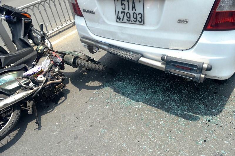 Lạng lách, xe 'mù' tông vào đuôi taxi - ảnh 1