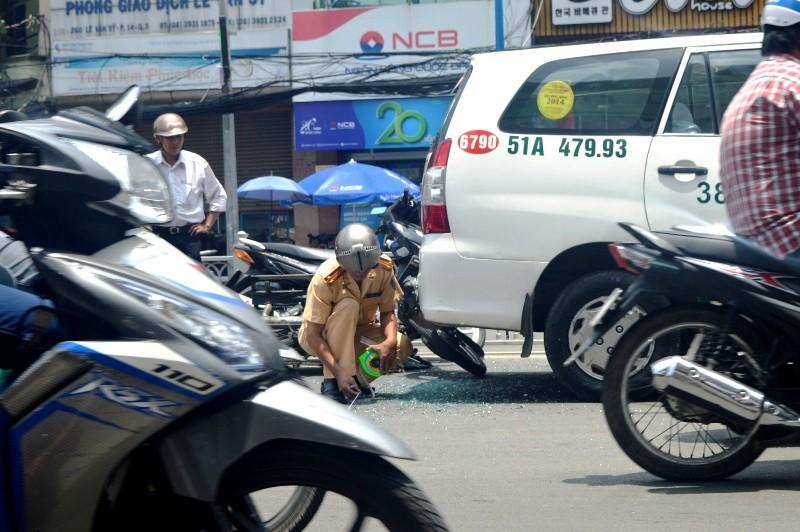 Lạng lách, xe 'mù' tông vào đuôi taxi - ảnh 3