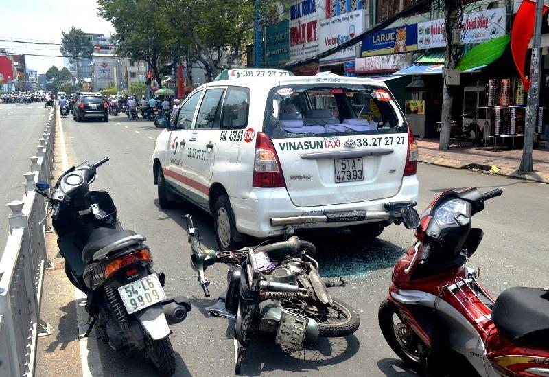 Lạng lách, xe 'mù' tông vào đuôi taxi - ảnh 2