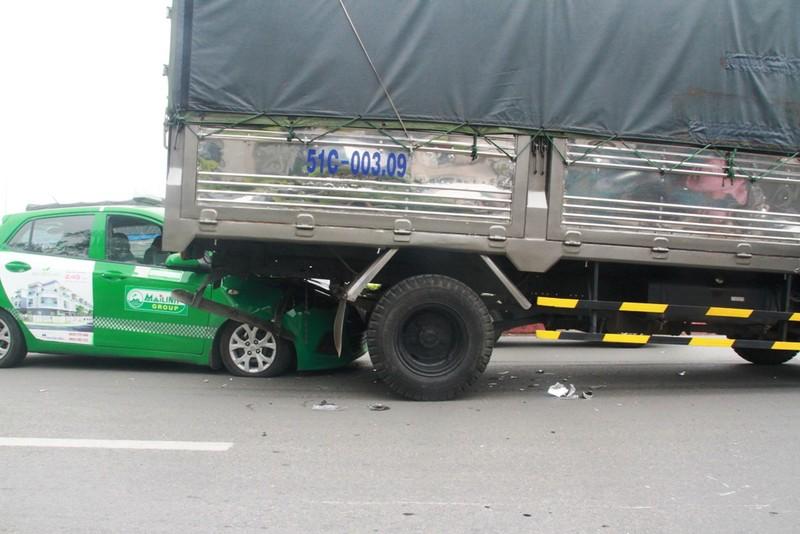 Clip: Tránh người bị ngã, taxi húc đuôi xe tải - ảnh 1