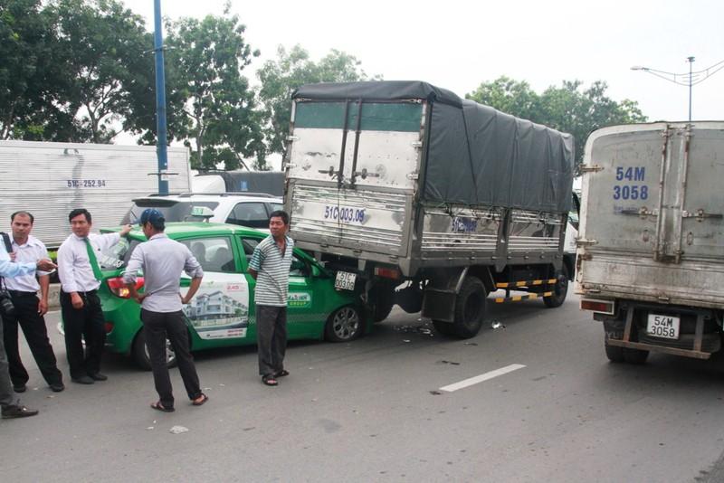 Clip: Tránh người bị ngã, taxi húc đuôi xe tải - ảnh 2