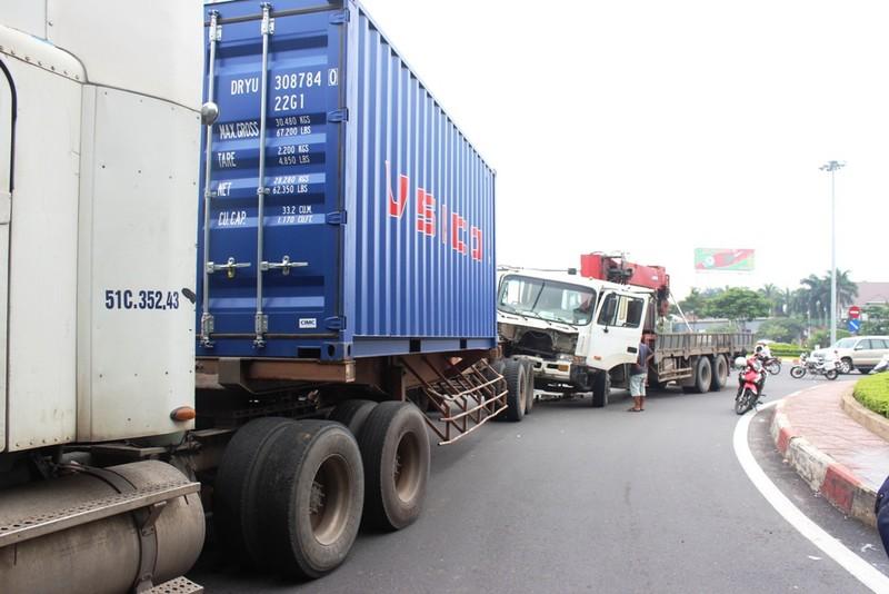 Xe tải cẩu húc vào đuôi container, giao thông ùn ứ - ảnh 1