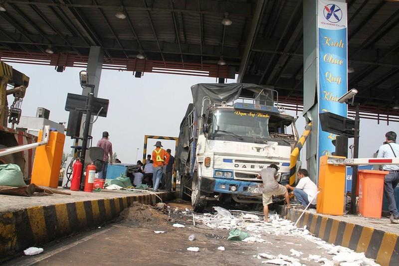 Ô tô tông sập 2 cabin tại trạm thu phí trên cao tốc Trung Lương - ảnh 1