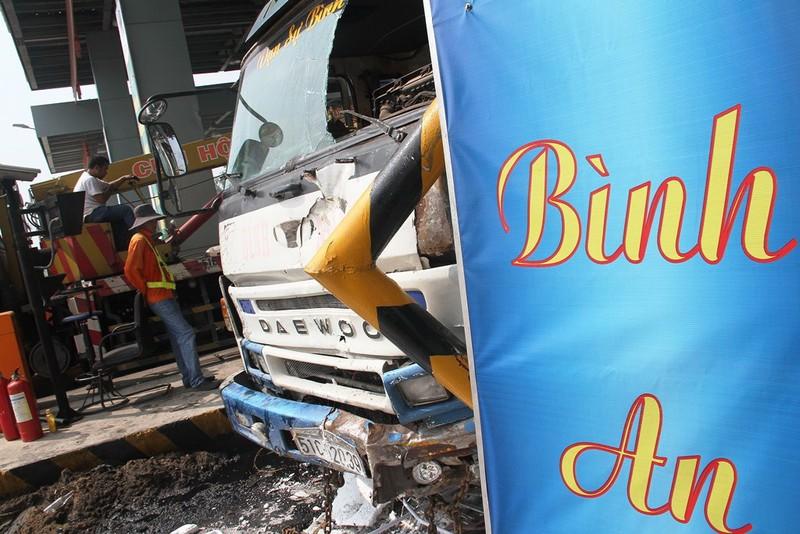 Ô tô tông sập 2 cabin tại trạm thu phí trên cao tốc Trung Lương - ảnh 2