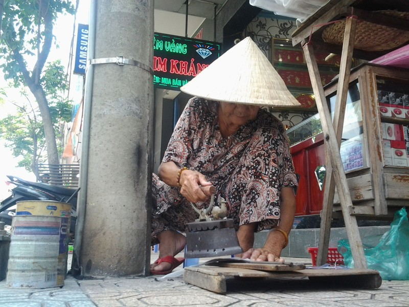 Cụ bà 75 tuổi và nghề ép giấy bằng bàn ủi con gà  - ảnh 1