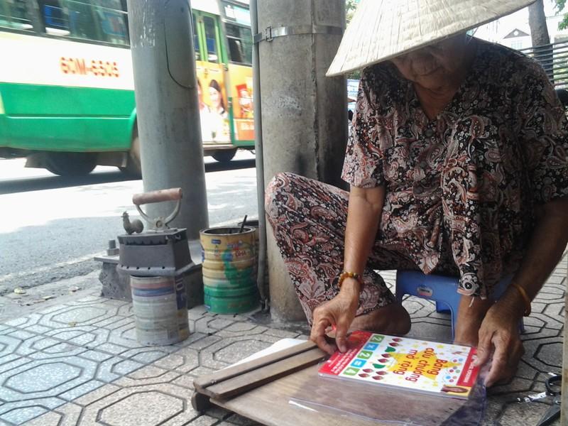 Cụ bà 75 tuổi và nghề ép giấy bằng bàn ủi con gà  - ảnh 7