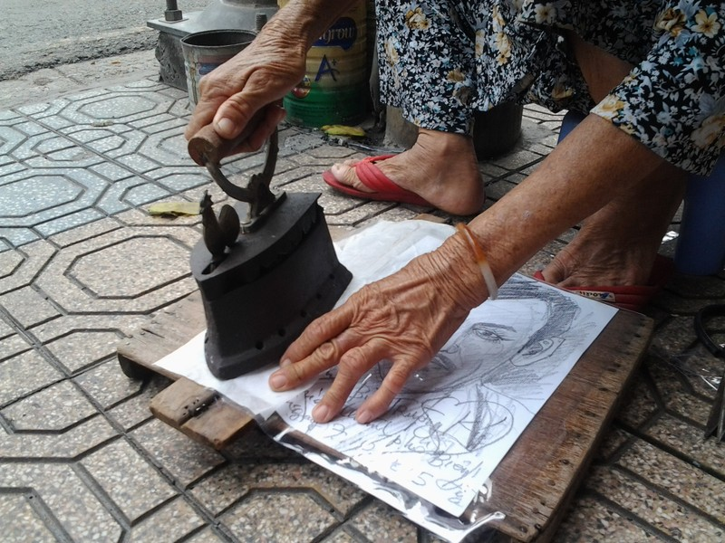 Cụ bà 75 tuổi và nghề ép giấy bằng bàn ủi con gà  - ảnh 8