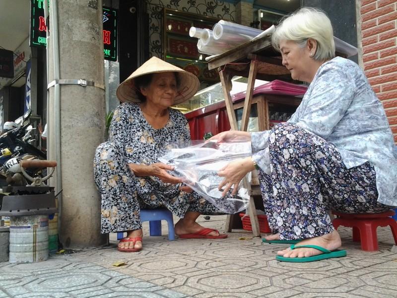 Cụ bà 75 tuổi và nghề ép giấy bằng bàn ủi con gà  - ảnh 9