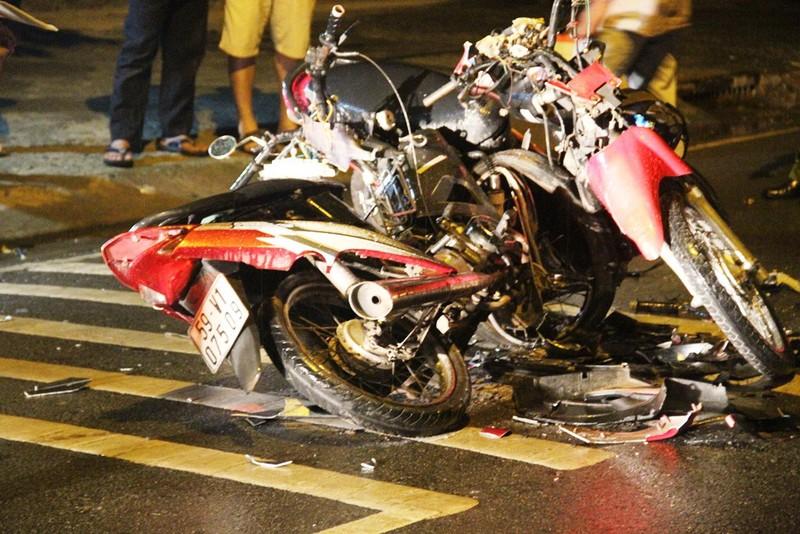 Ba người bị thương, hai xe máy nát sau cú tông trực diện - ảnh 2