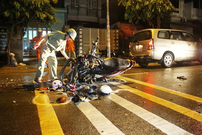 Ba người bị thương, hai xe máy nát sau cú tông trực diện - ảnh 3