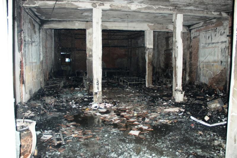 Quán cà phê bốc cháy, khách nháo nhào bỏ chạy - ảnh 2