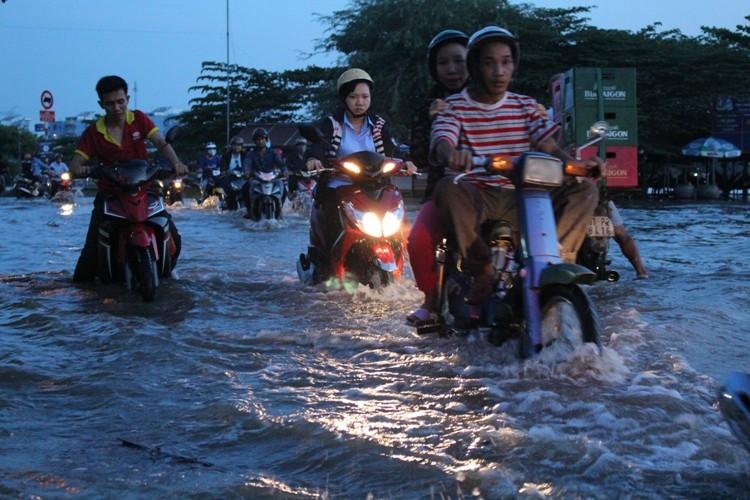 Triều cường, người Sài Gòn bì bõm lội nước về nhà - ảnh 6