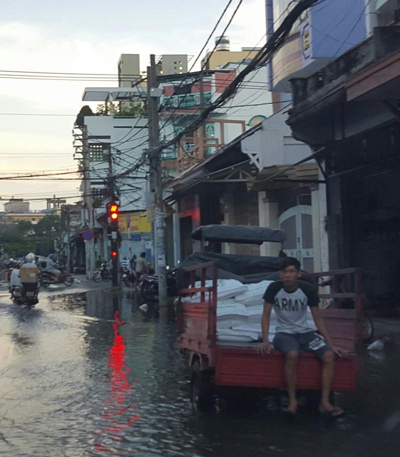 Triều cường, người Sài Gòn bì bõm lội nước về nhà - ảnh 5