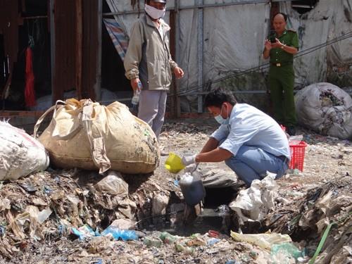 'Đột kích' khu sơ chế chất thải chui lớn nhất Sài Gòn - ảnh 4
