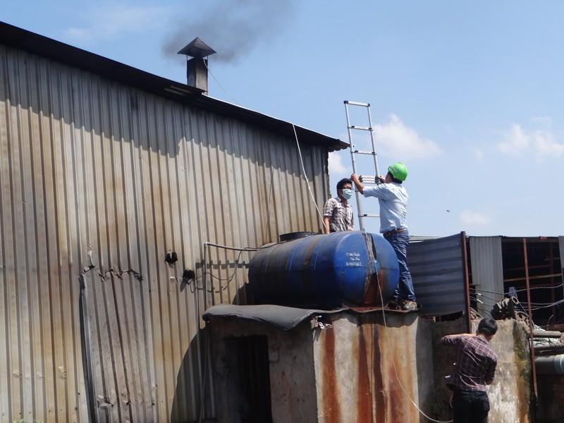 'Đột kích' khu sơ chế chất thải chui lớn nhất Sài Gòn - ảnh 5