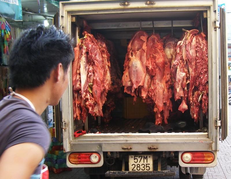 Ngăn chặn gần một tấn thịt và phụ phẩm bò bơm nước trước khi vào chợ - ảnh 1