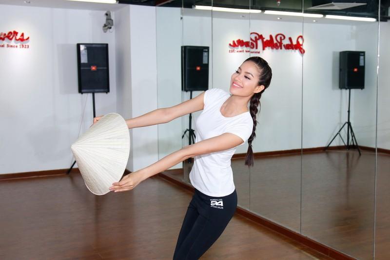 Hoa hậu Phạm Hương khoe vẻ đẹp trước ngày lên đường              - ảnh 2