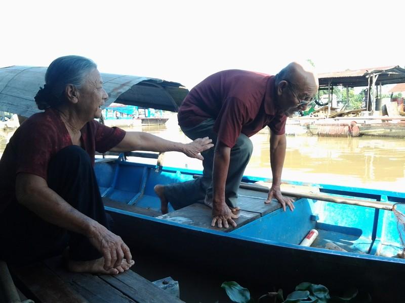Cảm động vợ chồng lão ngư 86 tuổi vớt rác mưu sinh - ảnh 1
